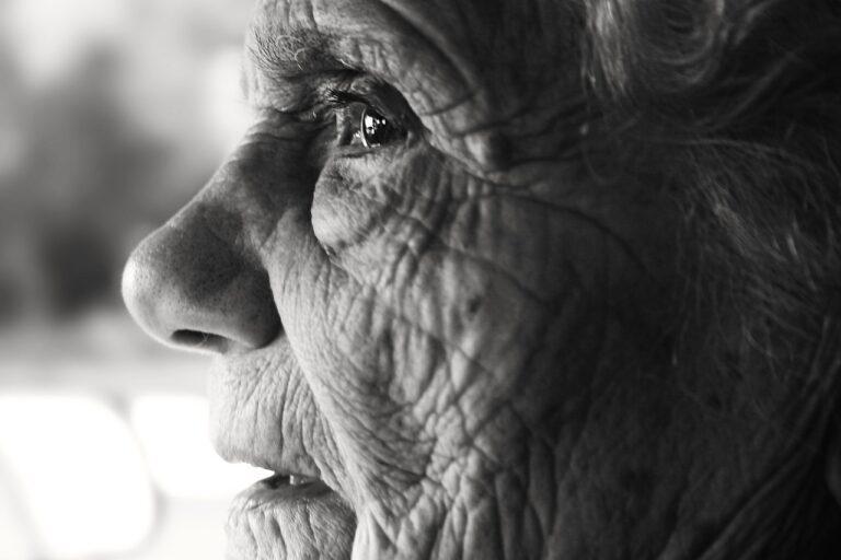 Gigantesco estudio sugiere que nuestros cuerpos envejecen principalmente en 3 momentos clave de nuestra vida
